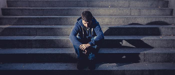 man zittend op trap